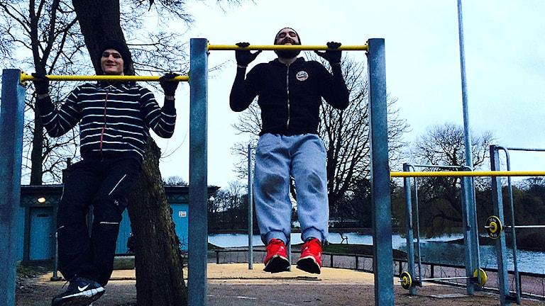Cris Zehil och Jonas Voigt tränar i Pildammsparken i Malmö. Foto: Madeleine Fritsch-Lärka/Sveriges Radio.