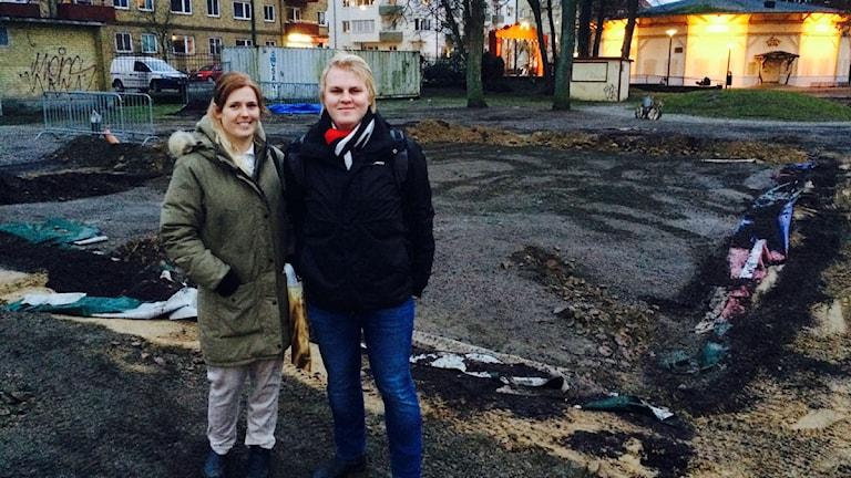 Anna Törnwall och Marcin Gorsky vid resterna av hoppkudden i Folkets park
