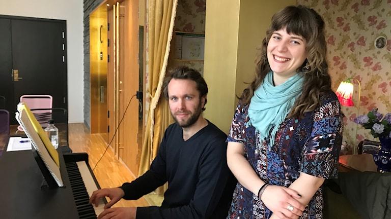 Läkaren Nils Fälth och kuratorn Nicole Eklund jobbar med körprojektet. Foto: Petra Haupt/Sveriges Radio