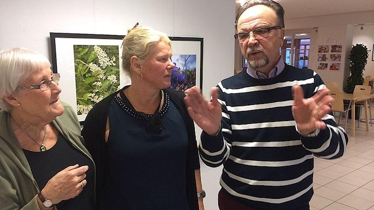 Samordnaren Taina Ahola omgiven av seniorerna Karin von Dewall och Gunnar Lindell. Foto: Anton Kalm/Sveriges Radio