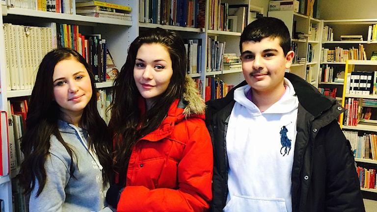 Mohammed Zenu, Denisa Dizdarevic och Amina Krdzovic. Foto: Madeleine Fritsch-Lärka/Sveriges Radio
