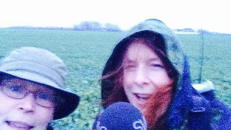 Kicki Persson och Madeleine Fritsch-Lärka på en stormig åker med en bilskrämma