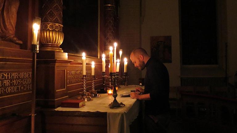 Prästen Björn Skärlund förbereder sig för Harry Pottermässan i V Skrävlinge kyrka i Malmö. Foto: Felicia Frithiof/Sveriges Radio