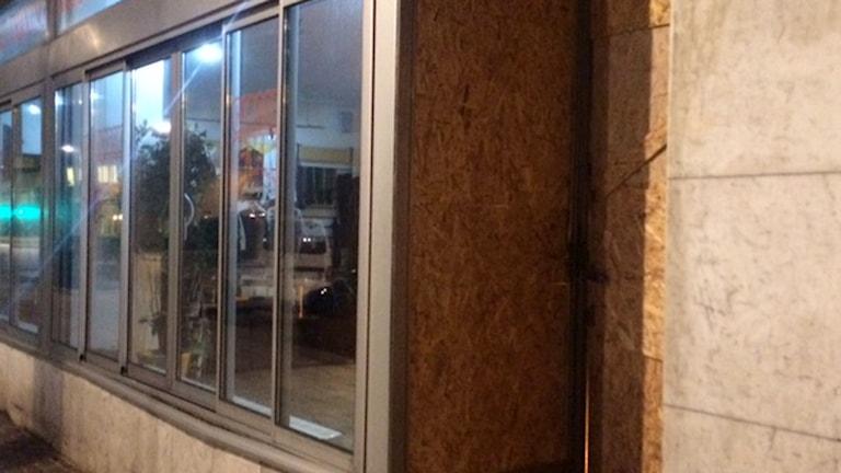 Glasrutan skadades vid sprängning utanför gym i Helsingborg. Foto: Anna Hanspers/Sveriges Radio