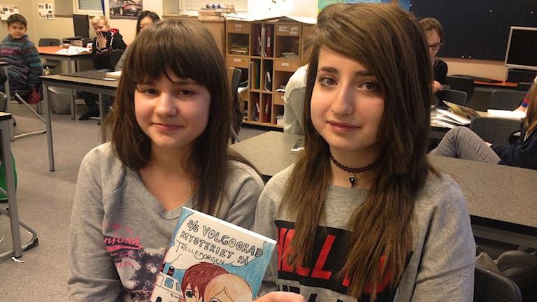 Elma Mahmutovic och Mina Mirhosseini i klass 6B på Liljeborgsskolan i Trelleborg håller upp sin deckare.