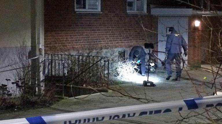Polisen undersöker skadorna efter explosionen vid bostadshus i Augustenborg i Malmö. Foto: Anton Kalm/Sveriges Radio
