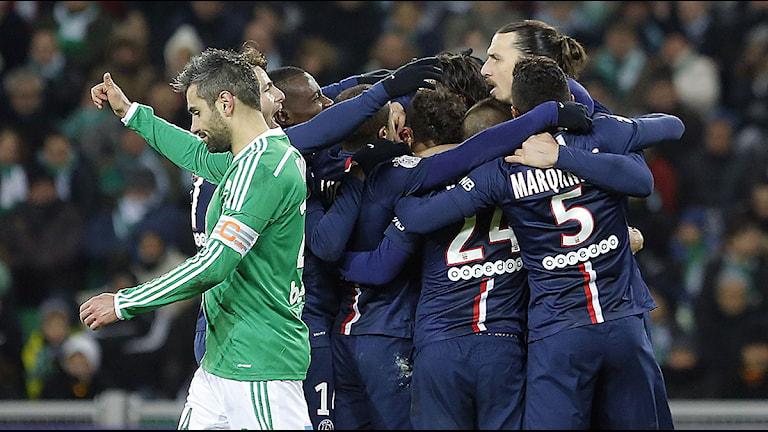 Zlatan Ibrahimovic kramas efter målet mot Saint-Etienne. Foto: Laurent Cipriani/TT