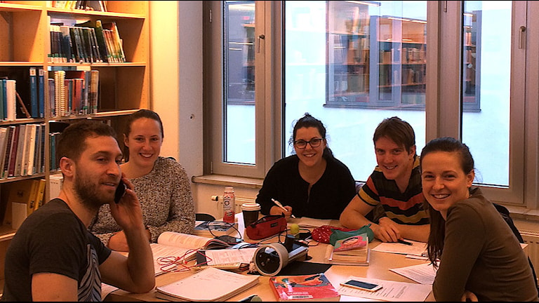Michael, Erica, Katerina, Robert och Hima studerar till lärare 4-6. Foto: Anton Kalm/Sveriges Radio
