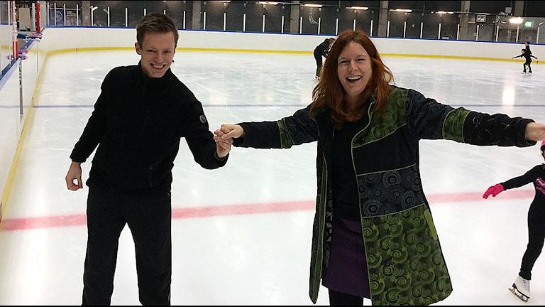 Daniel Marklund visar Madeleine Fritsch-Lärka hur det går till.