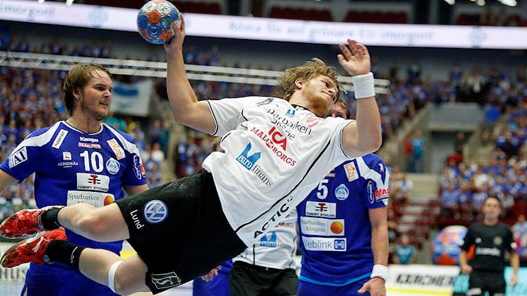 Lugis Jonatan Leijonberg hänger i luften under handbollsfinalen mellan Alingsås och Lugi i Malmö arena. Foto: Drago Prvulovic/TT