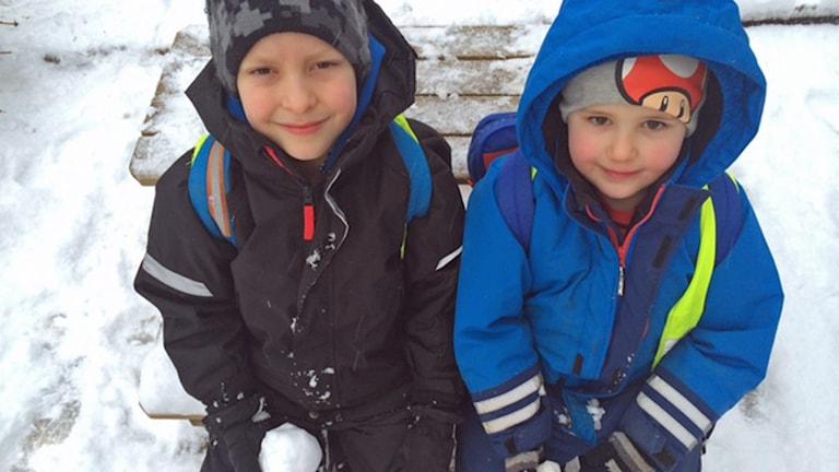 Lino och Liam, förskolebarn i Helsingborg som gillar snö. Foto: Anna Hanspers/Sveriges Radio