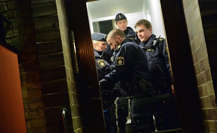 Polisen i huset där en person har anträffats död i en lägenhet i centrala Ystad.