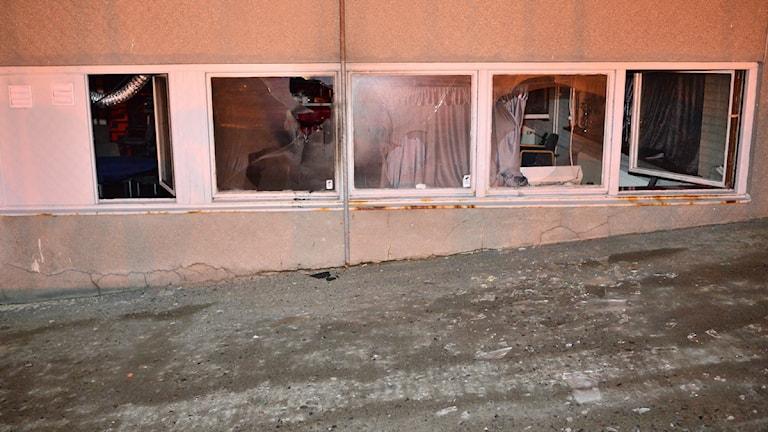 Krossade fönster vid romsk föreningslokal. Foto: Johan Nilsson/TT