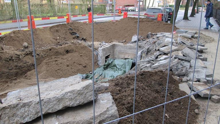 Kraftringen grävde efter vattenläckan och lyckades lokalisera den vid niotiden på kvällen. Foto: Raluca Dintica/Sveriges Radio.