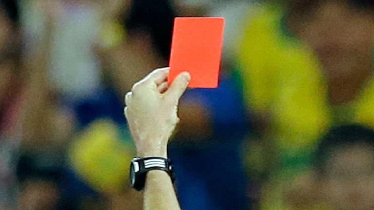 En domare visar upp ett rött kort. Foto: Ricardo Mazalan/TT