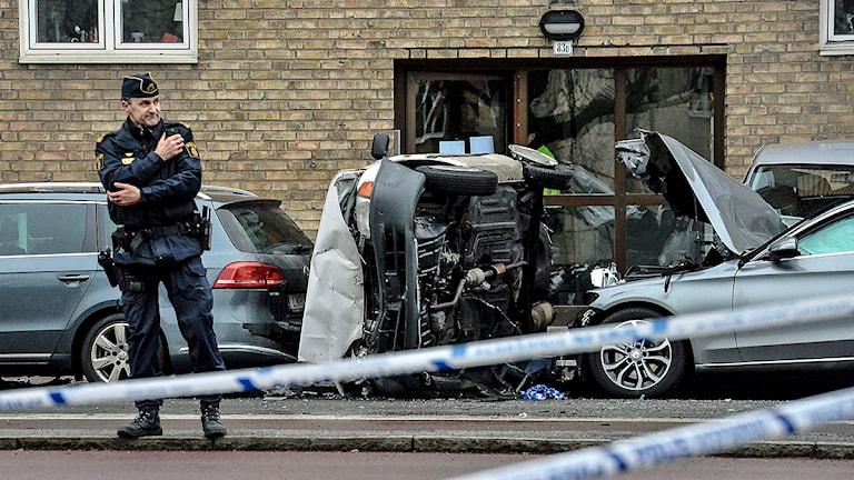 olis på plats vid olycksplatsen där flera personer skadades i en allvarlig trafikolycka på Amiralgsgatan i Malmö på onsdagen. Foto: Johan Nilsson/TT