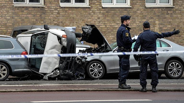 Polis på plats efter smitningsolyckan på Amiralsgatan i Malmö. Foto: Johan Nilsson/TT