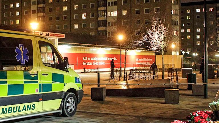 n ambulans på plats på Söderkulla torg i Malmö efter ett större bråk på fredagskvällen. Foto: Drago Prvulovic/TT.