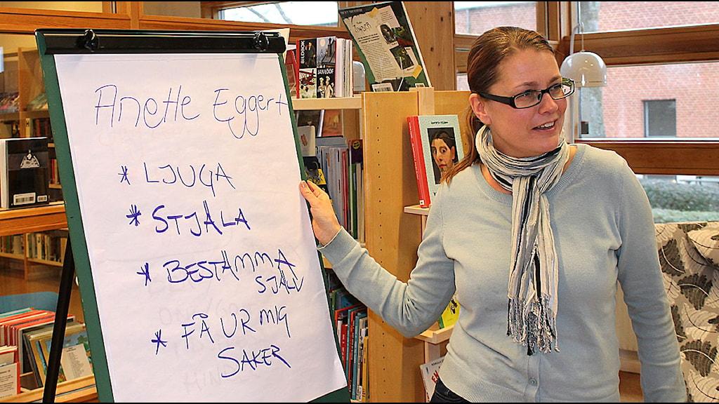 Anette Eggert lär ut skrivarkonsten. Foto: Malin Thelin/Sveriges Radio