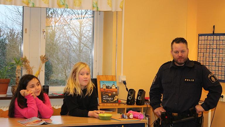 Angeline och Elvira på Frostaskolan i Hörby träffade polisen Joel. Foto: Malin Thelin/Sveriges Radio