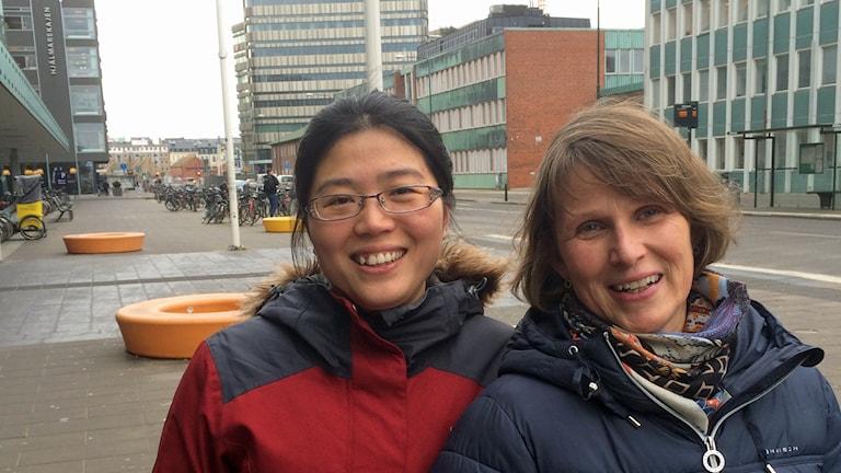 Studenten Ruifang Qu och Eva Sandling Gralén, ordförande i Asiatiska kulturföreningen i Malmö. Foto: Anton Kalm/Sveriges Radio