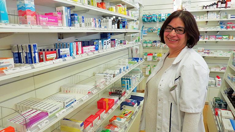 Apotekaren Mona Fata står vid hyllorna med paracetamol. Foto: Edina Hrustic/Sveriges Radio
