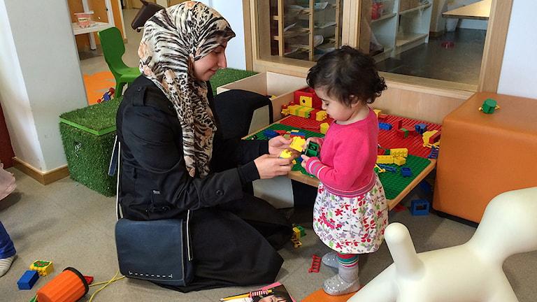 Isra Aziz besöker öppna förskolan i Nydala med sin dotter. Foto: Madeleine Fritsch-Lärka/Sveriges Radio