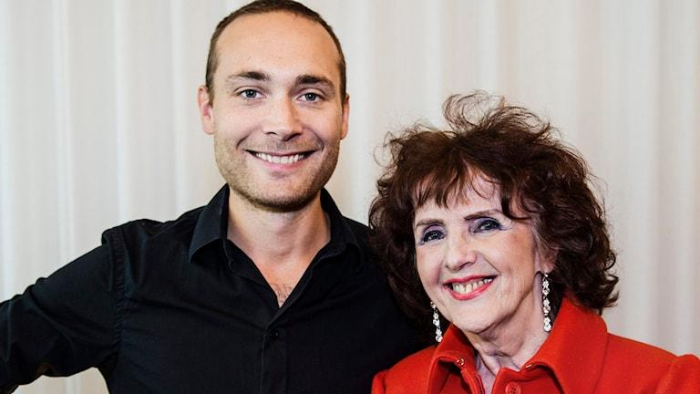 Jesper Rönndahl håller om Elisabeth Höglund, vinnarna av På Spåret 2015. Foto: Foto: Vilhelm Stokstad/TT