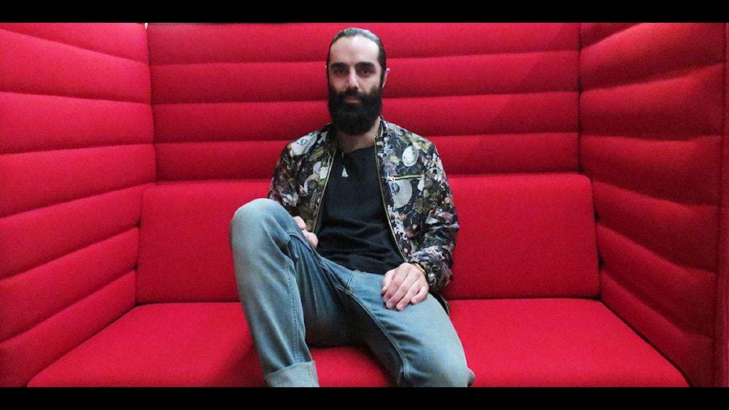 Navid Modiri har engagerat sig för den persiske dokumentärfilmaren Roozbeh Janghorban. Foto: Raluca Dintica/Sveriges Radio.