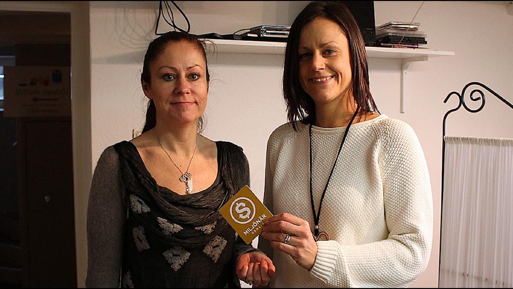 Pia Leufstedt och Lotte Nilsson med Miljönärmärket. Foto: Malin Thelin/Sveriges Radio
