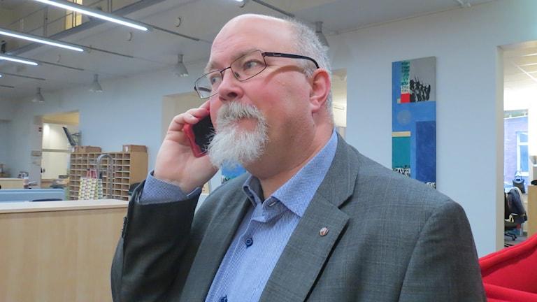 Man med mobil. Anders Rubin. Foto: Gun Bergbring/Sveriges Radio