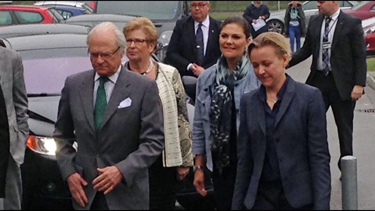 Kung Carl XVI Gustaf och kronprinsessan Victoria anländer.
