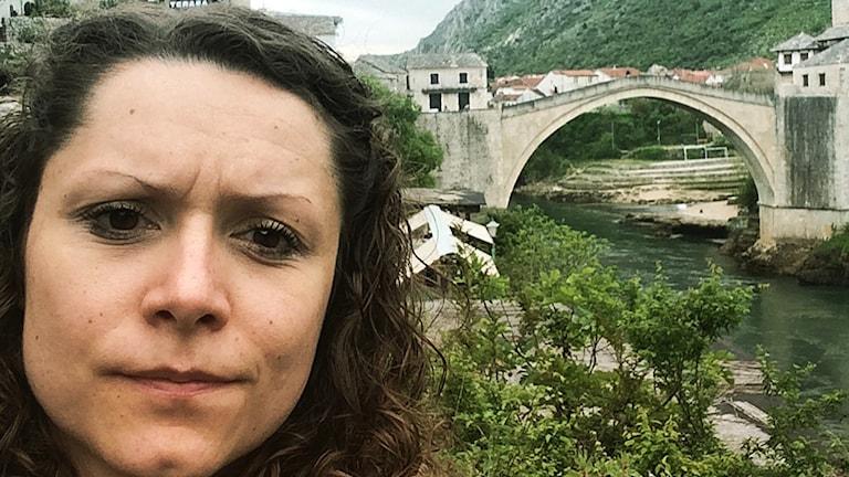 P4 Malmöhus reporter Svjetlana Pastuhovic framför den återuppbyggda historiska bron i Mostar i Bosnien. Foto: Sveriges Radio