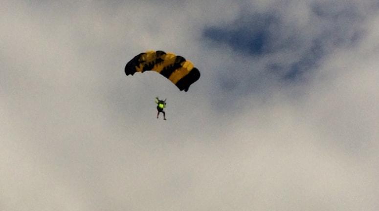 Fallskärm i skyn. Fallskärm bland moln. Foto. Rafaela Stålbalk/Sveriges Radio