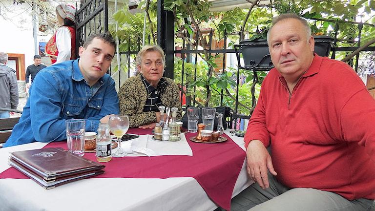 Familjen Kapetanovic Dragan, Dragana och Goran, flydde till Trelleborg under kriget men har nu återvänt till Mostar. Foto: Svjetlana Pasthovic/Sveriges Radio