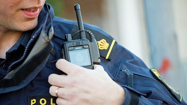 En polis med kommunikationsradio på axeln Foto: Fredrik Sandberg/TT