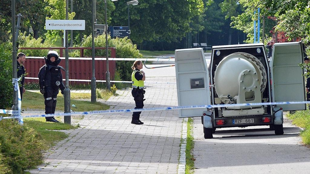 Delar av bostadsområdet Kroksbäck i Malmö spärrades av på morgonen sedan någon kastat vad som kan vara handgranater mot en fastighet. Polisens bombpatrull är på plats och beräknas vara färdig vid 10-tiden då avspärrningarna runt området hävs. Runt 60 personer har fått lämna de närliggande fastigheterna. Inga explosioner har förekommit och ingen människa har skadats. Foto: Johan Nilsson/TT