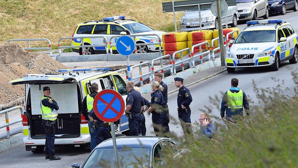 Polisen spärrade av ett stort område och kontrollerade all trafik på gatorna runt ett bostadsområde i Kroksbäck i Malmö sedan någon kastat två skarpladdade handgranater mot ett bostadshus. Foto: Johan Nilsson/TT