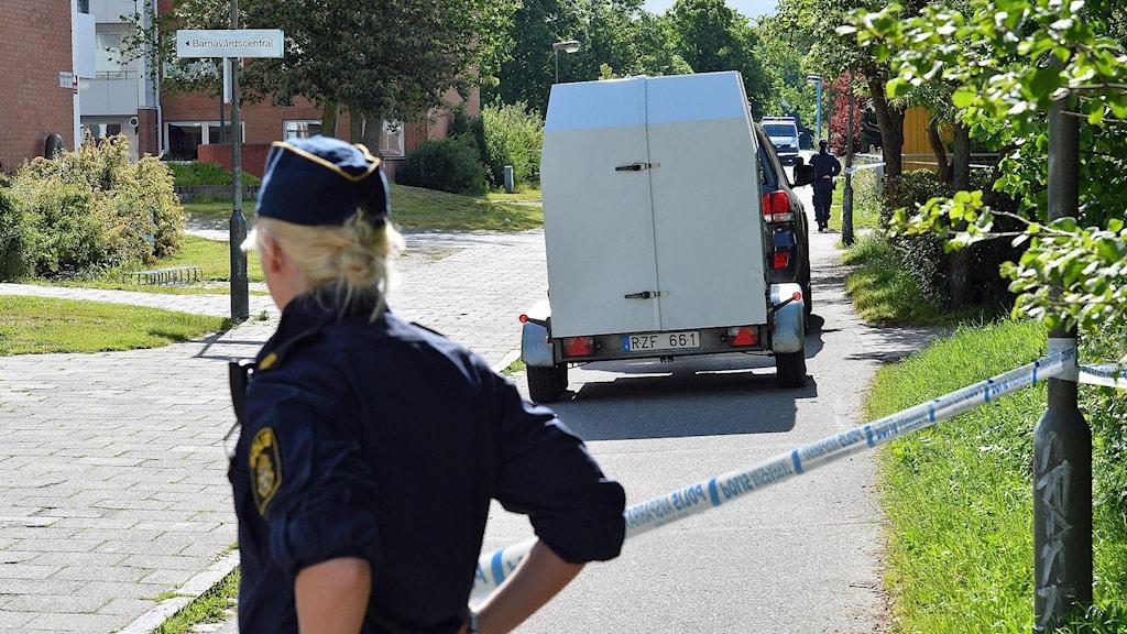 Polis framför avspärrningar i Kroksbäck där polisens bombgrupp tagit hand om två skarpladdade granater som någon kastat mot ett bostadshus. Foto: Johan Nilsson/TT