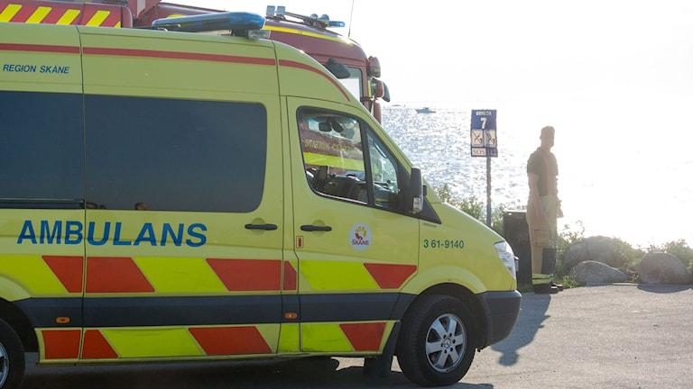 Ambulans väntar vid strand. Foto: Johan Nilsson / TT