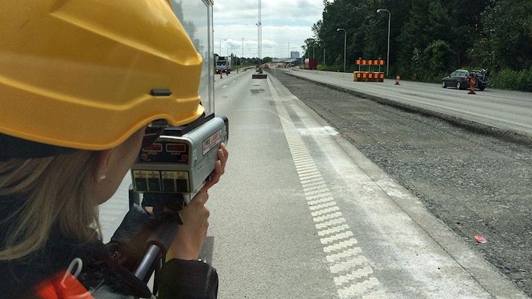 Madelein Johansson på NTF mäter hastighet vid Spillepengen i Malmö. Foto: Dimitri Lennartsson/Sveriges Radio