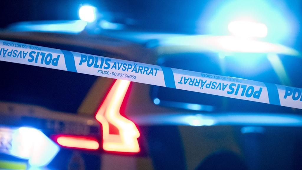 Polis och avspärrningar på en gångväg
