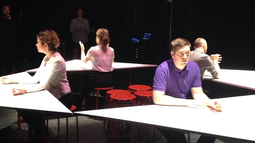 En scen ur teaterföreställningen Join. Foto: David Richter/Sveriges Radio