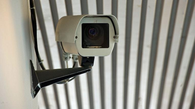 En övervakningskamera som sitter på en vägg. Foto: Fredrik Sandberg/TT