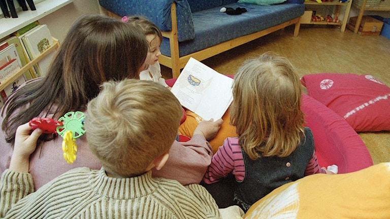 Förskolebarn lyssnar på saga.  Foto: Erik G Svensson/TT