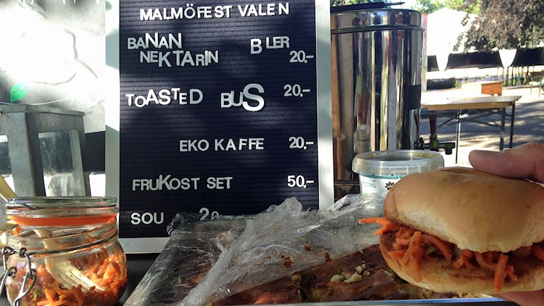 En meny berättar vad man kan beställa hos den ideella föreningen Rude Food på Malmöfestivalen. Foto: Sandra Neergaard-Petersen/Sveriges Radio