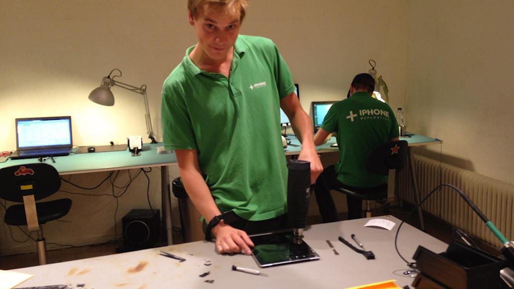 John Hellmark repararerar smarta telefoner.