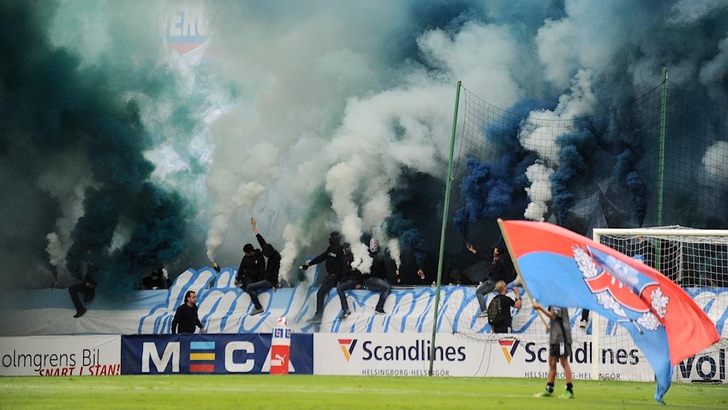 Rök från MFF-klacken under derbyt i Helsingborg. Foto: Björn Lindgren/TT
