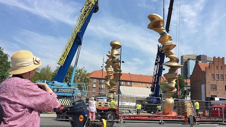I början av juni invigs en gigantisk staty utanför Konsthallen i Malmö som varit omdiskuterad, men redan nu sätts statyn Points of view av Tony Cragg på plats.