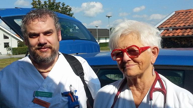 Sjuksköterskan Christoffer Göransson och Ulla-Britta Borgquist, överläkare, är teamet i hemsjukvårdsbilen som rullar från Ystad. Foto: Malin Thelin/Sveriges Radio